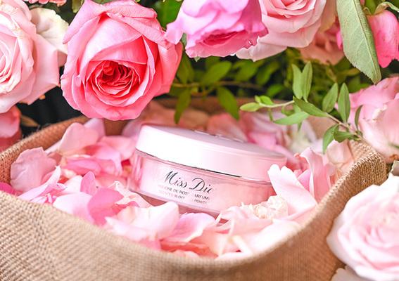 Dior 迪奧 - 穿上Miss Dior愛戀香氣 2020全新「花漾迪奧香體蜜粉」溫柔輕撲 清新柔膚
