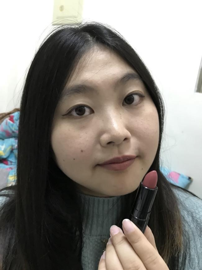 開架唇彩/KATE TOKYO/凱婷唇膏-高顯色映象唇膏 RS-1 顏色偏豆沙,顯氣質,質地滑順好塗抹 彩妝品分享 攝影 民生資訊分享
